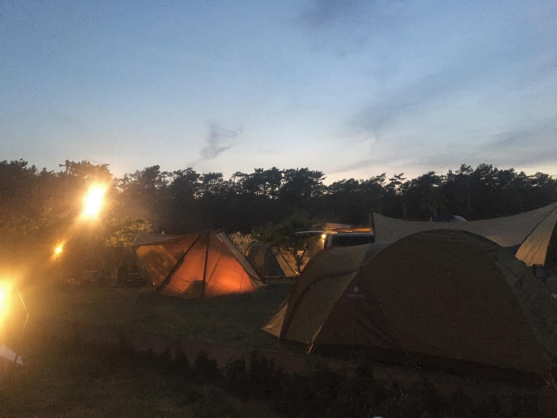 ビーチクリーン後のミーティング。@piks_knot さんの月一ご褒美ワークショップ。@chiekotagai のちえぱん。@kato_yasue のウクレレワークショップ。ソロキャンプからファミリーキャンプや、バースデーキャンプ。みんなそれぞれ時間を満喫しているひとときをみていて、嬉しくなっちゃいました️31日はオープン予定でしたが、諸事情により、おやすみさせていただきます♀️#浜岡砂丘 #浜岡砂丘魚政なごみ #キャンプ #浜岡砂丘キャンプ場 #ゆるキャン #シェアスペース #御前崎市